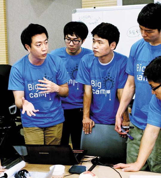 '빅 캠프 포 에듀케이션' 참가자들이 토의를 하고 있다.
