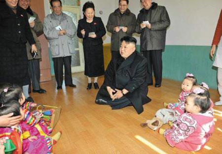 북한 김정은 노동당 제1비서가 평양시내 보육 시설을 방문했다고 4일 노동신문이 보도했다. 어린아이들이 양말을 신고 앉아 있는 방 안에 김정은과 그의 수행원들이 구두를 신은 채 들어가 있다.