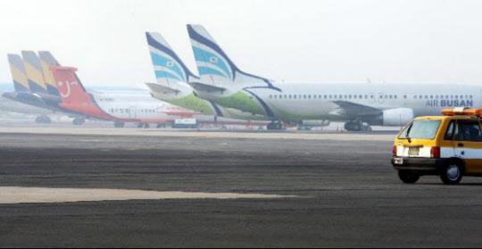국내 저가 항공사 소속 항공기들이 김포공항에서 대기 중이다. /조선일보 DB
