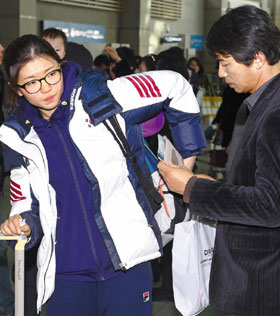 쇼트트랙 국가대표 심석희(왼쪽)의 아버지 심교광씨가 지난달 22일 소치 동계올림픽을 앞두고 마지막 전지훈련을 떠나는 딸의 짐을 챙겨주고 있다.