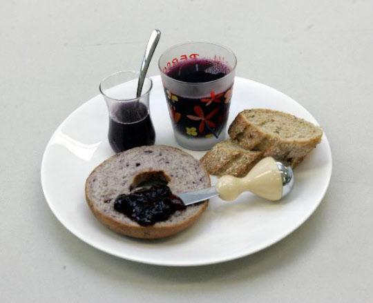 아침식사로 토스트에 잼을 바르고 단 커피와 함께 먹는다면 탄수화물을 과다 섭취하게 된다.