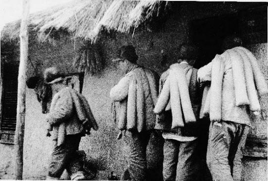중공군은 미군의 공습에 대비, 장병들에게 식량자루를 나눠준 뒤 각자 출발해 목표지점에 집결토록 했다. 식량자루엔 쌀, 미숫가루 등이 들어 있었다.