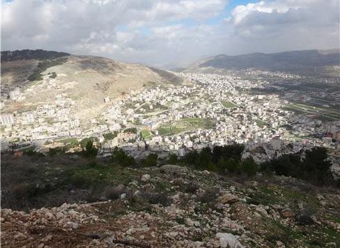 남쪽(왼쪽)의 그리심 산과 북쪽의 에발 산이 만나는 지점에 있는 셰켐 성. 역사적으로 예루살렘보다 더 민족적 뿌리가 있는 곳이어서 국가대사를 논하는 장소로 사용됐다. 르호보암이 예루살렘이라는 홈 그라운드를 떠나서 여기서 회담을 하다가 낭패를 당했다. 지금은 그 곳에 집이 가득차 있다. 비가 내리는 겨울의 풍경이다.