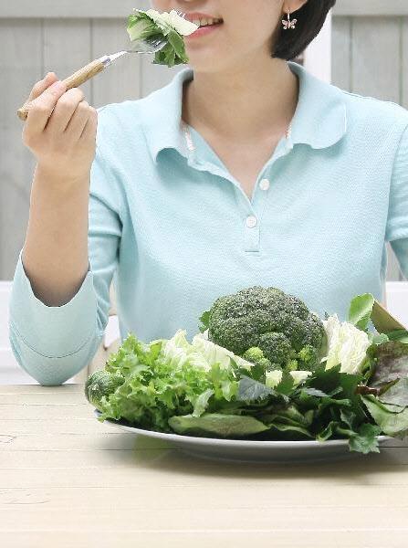 밥도둑은 채소와 함께 먹으면 좋다. 채소에는 나트륨의 흡수를 방해하는 칼륨이 많기 때문이다. 다만 채소를 생으로 먹어야 더욱 효과적이다.
