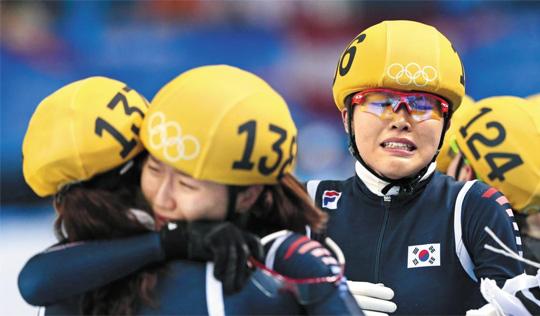 """쇼트트랙 국가대표 김아랑(왼쪽에서 셋째)이 18일 러시아 소치 아이스버그 스케이팅 팰리스에서 열린 소치 동계올림픽 쇼트트랙 여자 3000m 계주 경기에서 금메달이 확정되자 감격의 눈물을 흘리고 있다. 이날 네 번째 주자로 나섰던 김아랑은 """"마지막 바퀴를 돌았던 심석희가 결승선을 통과하기 전부터 눈물이 왈칵 쏟아졌다""""고 말했다"""