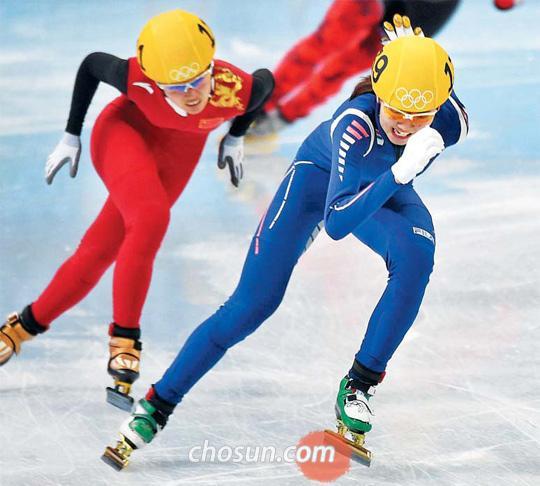 '에이스'의 막판 질주가 빛났다. 심석희(맨 앞)가 18일 소치 아이스버그 스케이팅 팰리스에서 열린 소치 동계올림픽 쇼트트랙 여자 3000m 계주 결선 마지막 바퀴에서 중국 선수를 제치며 1위로 결승선으로 들어오고 있다. 한국 여자 대표팀은 4분09초498의 기록으로 금메달을 목에 걸었다. /김경민 기자