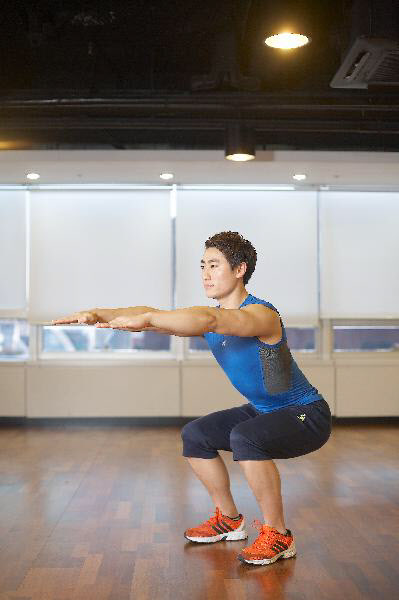 무산소운동인 스쿼트는 집이나 직장에서도 언제든지 할 수 있는 운동이다.