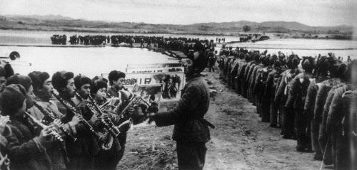 압록강을 넘어가고 있는 중공군 병사들을 위해 중국 군악대가 환송곡을 연주하는 모습.
