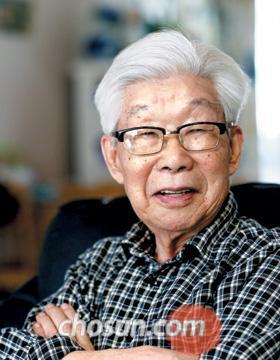"""박이문 선생은 """"누가 지시하고 인도하는 대로 이루어질 수 없는 게 바로 인생""""이라고 말했다."""