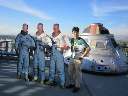 평소 나사(NASA) 입사를 꿈꾸던 박태우씨가 2012년 LA의 유니버셜스튜디오에서 우주인과 우주선을 배경으로 기념촬영을 하는 모습 /박태우씨 제공