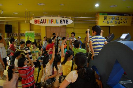 대전 엑스포과학공원에서 열린 과학캠프에서 박태우씨가 개발한 오리배 게임을 교육에 활용하고 있는 모습 /박태우씨 제공