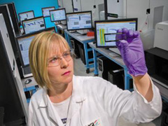 미 에너지부 산하 게놈연구소(JGI) 연구원이 게놈 해독용 기판을 들여다보고 있다. 뒤로 보이는 장비는 일루미나사의 게놈 해독 장비들이다.