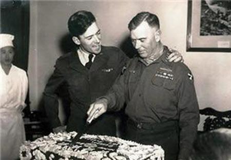 60회 생일을 맞은 미 8군 사령관 밴플리트 대장과 그의 외아들(공군 중위, 폭격기 조종사)의 모습. 외아들은 한국전쟁에서 전사했고, 이것이 두 사람의 마지막 만남이었다.