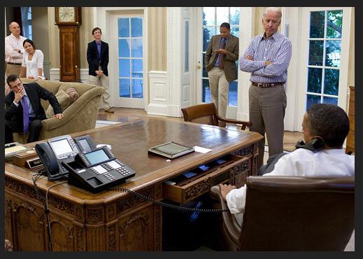 미국 오바마 대통령 집무실 책상 위의 시스코IP 폰과 루슨트 테크놀로지의 전화기./백악관 공개 사진