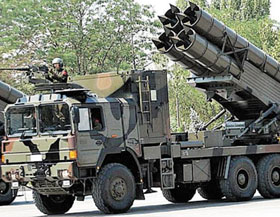 북한이 지난 21일 동해안에서 시험 발사한 신형 300㎜ 방사포(다연장 로켓)와 같은 형으로 추정되는 중국의 WS-1 다연장 로켓. 개량형은 최대 사거리가 180㎞에 이른다.