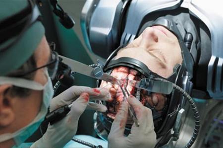 영화 '로보캅'에서 '자유의지 착시 칩'을 넣는 장면