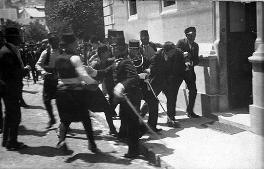 페르디난트 황태자를 암살한 프린시프의 체포 모습. 이 사건 발발 후 불과 한 달 만에 전 세계는 전쟁에 뛰어들었다.