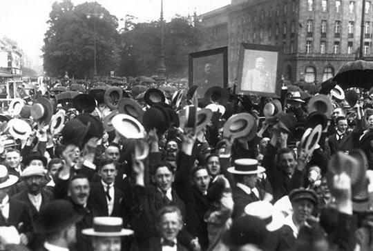 개전 선언에 독일과 오스트리아 황제의 초상을 들고 환호하는 베를린 시민들. 이해가 가지 않지만 당시 유럽 각국은 전쟁에 열광하였는데 한마디로 오랜 기간의 평화로 말미암아 전쟁의 무서움을 망각한 미친 시류였다.