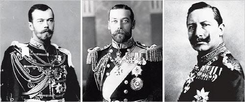 좌에서 우로 러시아의 니콜라이 2세, 영국의 조지 5세, 독일의 빌헬름 2세. 이들은 전쟁 발발 당시 각국의 군주들이었는데 핏줄로 맺어진 가까운 사이다. 그럼에도 전쟁을 막지 못하였고 오히려 독려하였다.