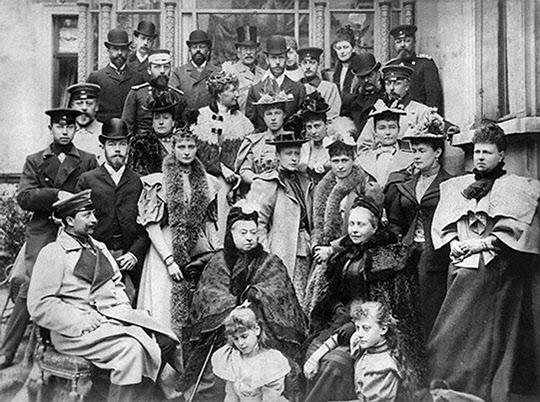1893년에 있었던 결혼식에 모인 빅토리아 여왕 일가의 사진 속에서 빌헬름 2세, 조지 5세, 니콜라스 2세를 발견 할 수 있다. 이처럼 유럽 각국의 대부분 군주들이 빅토리아 여왕과 직간접적으로 관련이 있다.