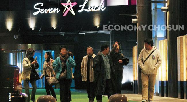 중국 관광객을 겨냥해 해외 카지노 기업들이 속속 카지노 투자 계획을 밝히고 있다. 서울 밀레니엄 힐튼호텔의 카지노 세븐럭에 해외관광객들이 출입하고 있다.