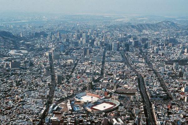 과거 서울 한복판에 자리하던 동대문운동장의 모습.