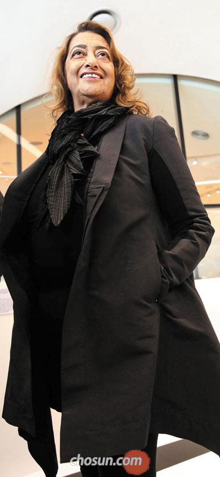 11일 DDP에서 만난 자하 하디드는 자신의 건축을 닮은 아방가르드한 패션을 하고 있었다. 온통 검은색을 휘두른 그는 남들과 똑같이 입기 싫어 열 살부터 특이한 패션을 즐겼다.
