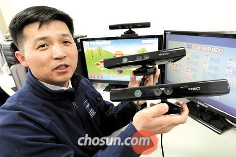 고재관 대표가 자신의 사무실에서 마이크로소프트의 동작인식 장비인 키넥트를 들고 있다.
