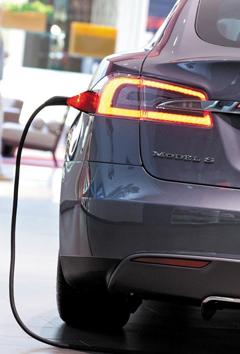 전기로 충전하고 있는 자동차