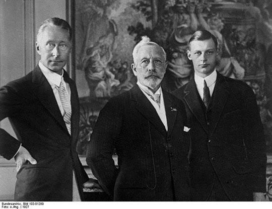 (좌에서 우로) 1927년 네덜란드 망명 당시의 황태자, 빌헬름 2세, 손자. 전쟁을 막지 못하고 오히려 독려하였던 그들이 얻은 역사의 대가는 몰락이었다.
