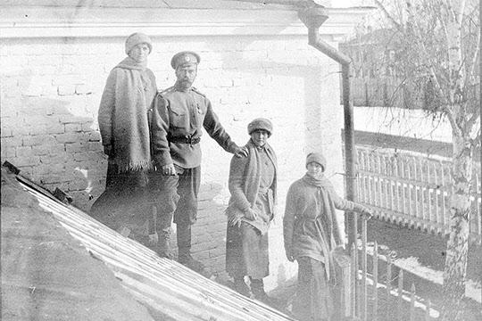 폐위 되어 우랄 지방의 민간에서 살던 1917년 당시의 니콜라이 2세와 가족들. 하지만 1년도 지나지 않아 총살당하며 비극적으로 삶을 마감하게 되는데 어쩌면 전쟁을 막지 못한 업보일 수도 있다.