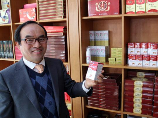 최성근 대표가 대동고려삼의 홍삼 제품에 대해 설명하고 있다.
