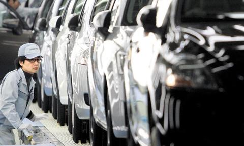 일본 기업들 특징은'강한 공장, 약한 본사'로 요약된다. 약한 본사를 강한 본사로 만드는 데 필요한 요소는 전략과 리더십이다. 이는 한국 기업에도 시사하는 바가 크다. 사진은 지난 2012년 5월 도요타 미야기 공장에서 한 직원이 생산된 자동차를 마지막 점검하는 모습.