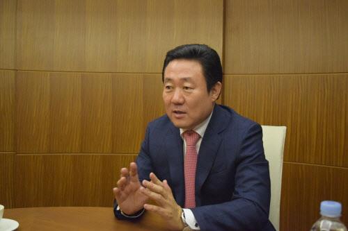 오세영 코라오홀딩스 회장이 지난달 31일 조선비즈와 가진 인터뷰에서 향후 해외진출 전략에 대해 설명하고 있다. /진상훈 기자