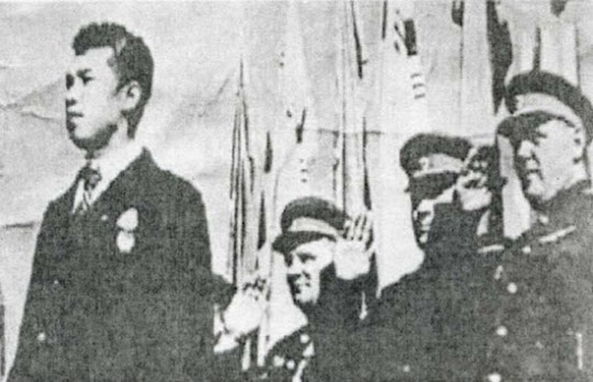 평양공설운동장 군중행사에서 처음 모습을 드러낸 김일성.