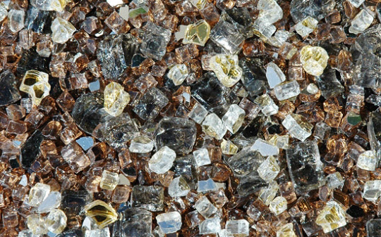 흙 속에 자연적으로 존재하는 중금속인 희토류 금속의 조각.