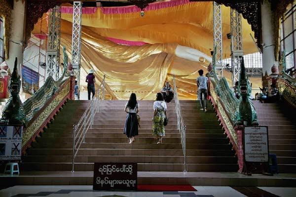 사원으로 들어서는 실내 광장에서는 미얀마인이 즐겨입는 치마, 론지와 천연 선크림인 다나까를 구입할 수 있다