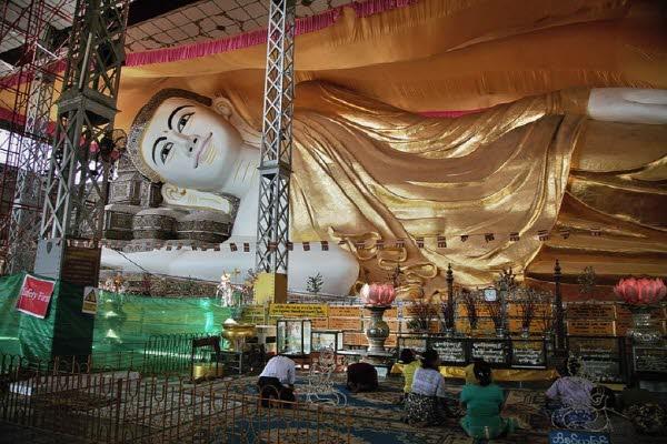 카메라로도 미쳐 다 담을 수 없었던 어마어마한 규모의 누워있는 와불상을 볼 수 있는 쉐달라웅 사원