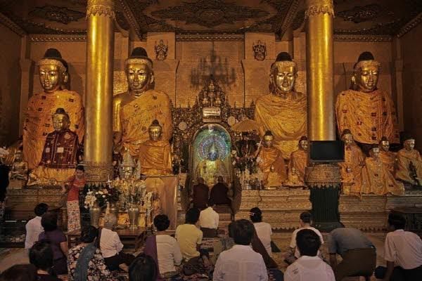 사원 안에서 예배를 드리고 있는 스님과 불자들의 모습