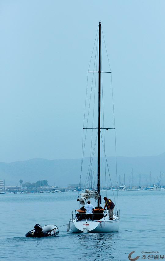 요트를 타고 팔로미노 섬으로 항해 하려는 사람들