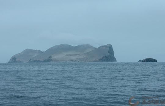 비가 오지 않아 녹색 식물이 없는 커다란 민둥 섬