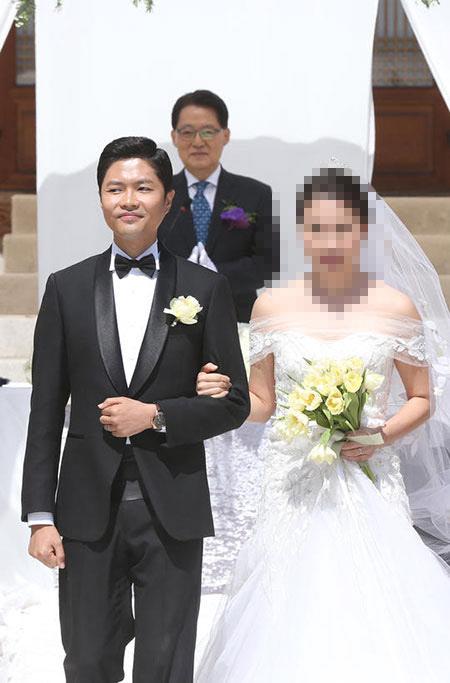 지난 6일 서울 여의도 국회 사랑재에서 열린 새정치민주연합 김광진 의원 결혼식. 주례는 같은 당 박지원 의원이 맡았다.