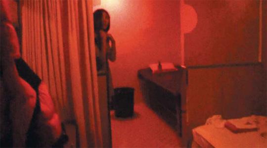 지난달 5일 경기 부천시 원미구에 있는 한 마사지 업소에서 불법 성매매를 하던 태국 여성이 경찰에 적발되자 몸을 숨기고 있다. 이 여성은 이 방에서 한 번에 4만원씩 받고 한국 남성들과 성관계를 가졌다.