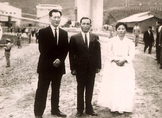 박정희 대통령(가운데)과 정주영 당시 현대건설 사장 부부(1964년)./조선일보DB