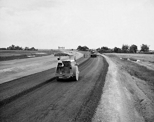태국 나라티왓 고속도로 건설현장.이 고속도로는 1965년 11월 현대건설이 최초로 해외공사로 수주했다. 이 건설경험이 경부고속도로 건설에 기술적으로 도움이 되었다./조선일보DB