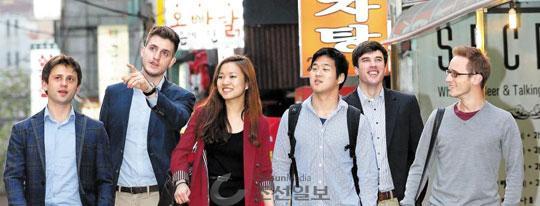 14일 오후 서울 서대문구 신촌에서 외국인 학생들이 저녁을 먹기 위해 식당을 찾고 있다.