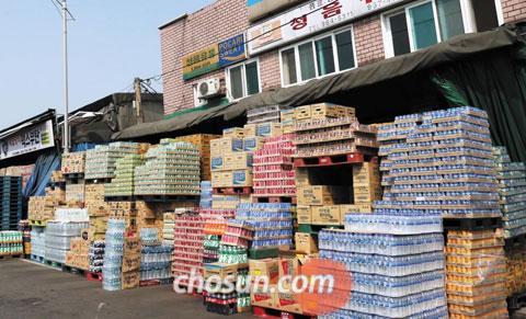 14일 서울 청량리'땡처리 시장'에 있는 한 음료 도매상점 앞에 캔·페트병 음료수가 가득 쌓여 있다.
