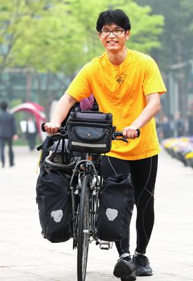 지난 16일 자전거를 끌고 서울 도심을 걷고 있는 문종성씨.
