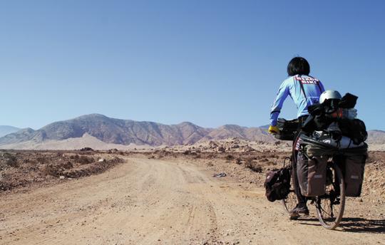 페루 북부의 한 사막 지역을 자전거를 타고 지나가는 문종성씨. /문종성씨 제공