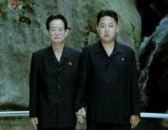 리제강 전 조직지도부 제1부부장이 김정은과 손을 잡고 찍은 기념사진. 리제강은 김정은은 공식 등장하기 전인 2010년 6월 교통사고로 사망한 것으로 발표됐으나 사실은 김정일에 의해 숙청된 것으로 알려졌다.